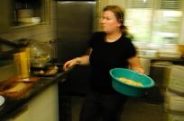 2006. Annabelle salzt die Pommes
