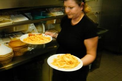 2006. Annabelle bringt das Essen raus