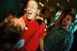 1998: Kai und Anke, rechts ist Till. Ihr Fanklub feiert jedes Jahr in der Kneipe bis heute.